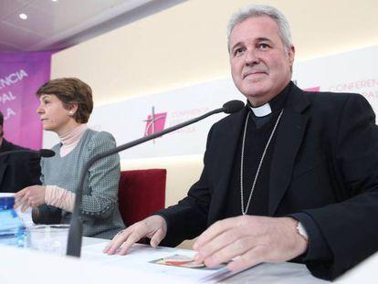 Mario Iceta, junto a uno de los matrimonios que han colaborado en la creación de los cursos prematrimoniales. En vídeo, sus declaraciones.