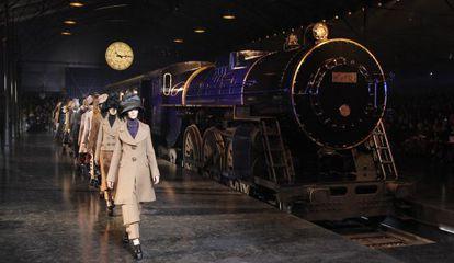 El desfile de Marc Jacobs para Louis Vuitton organizado ayer por la firma en una falsa estación de trenes, en la semana de la moda de París.
