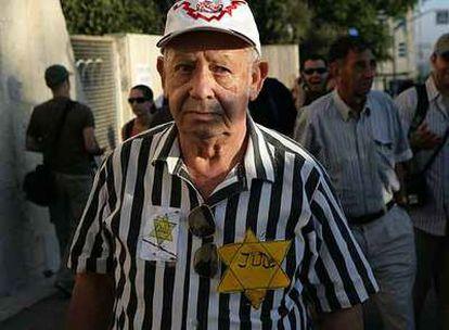 Un superviviente viste el uniforme y la estrella amarilla de David durante la manifestación de ayer en Jerusalén.