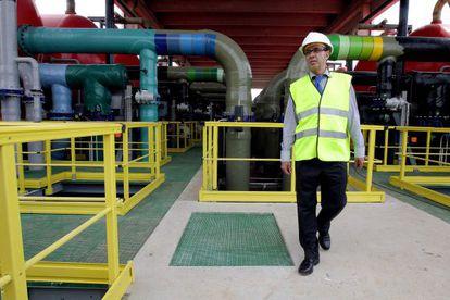 Fransesc Baltasar, exconsejero de Medio Ambiente, durante una visita a la desalinizadora de El Prat en el año 2009.