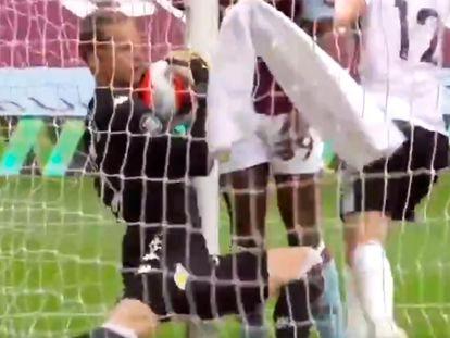 El portero del Aston Villa, Orjan Nyland, con el balón dentro de su portería este miércoles en el Estadio Villa Park en el encuentro ante el Sheffield Unitet.