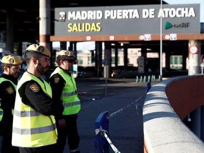 Varios militares vigilan el acceso a la estación de tren de Atocha, en Madrid.