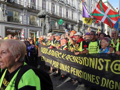 La columna de pensionistas procedente de Bilbao entra en la Puerta del Sol por la Calle Alcalá