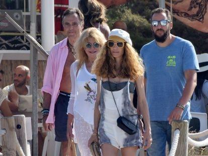 Borja Thyssen, Blanca Cuesta, Carmen Cervera y Manolo Segura, en Formentera en 2018.