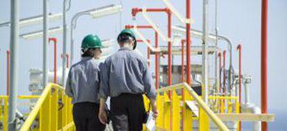 Técnicos de Enagás inspeccionan unas instalaciones de la compañía en Altamira (México).