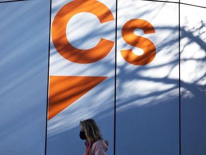 Una mujer pasea junto a la sede de Ciudadanos en Madrid, este lunes.