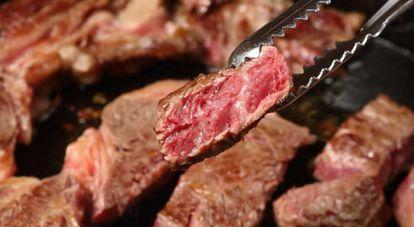 Carne roja a la brasa.