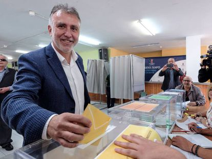 El secretario general del PSOE en Canarias y candidato a la Presidencia del Gobierno de Canarias, Ángel Víctor Torres, este domingo en un colegio electoral de Arucas (Gran Canaria).