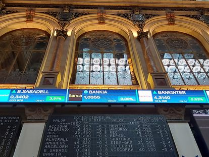 Paneles de cotización de algunos bancos, en el parqué de Madrid.