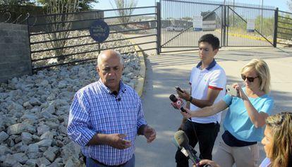 El alcalde de Nogales, Arturo Garino, habla a los medios de la migración.
