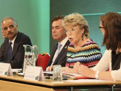 El secretario de Justicia de Estados Unidos Eric Holder; el ministro irlandés de Justicia e Interior Alan Shatter y la comisaria europea de Justicia, Viviane Reding en Dublín el 14 de junio.