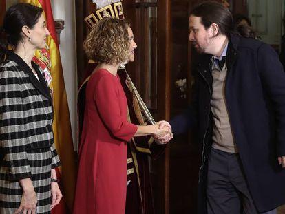 El líder de Podemos, Pablo Iglesias, saluda a la presidenta del Congreso, Meritxell Batet, en presencia de la presidenta del Senado, Pilar Llop, a su llegada al Congreso de los Diputados. En vídeo, Iglesias valora las negociaciones de Gobierno y las acusaciones contra su partido.