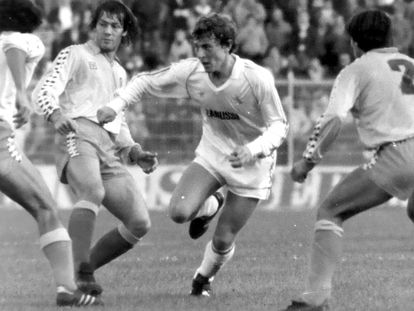 Butragueño, rodeado de defensores del Cádiz, en su debut con el Madrid en febrero de 1984. / PABLO JULIÁ
