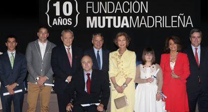 Su Majestad la Reina e Ignacio Garralda junto con algunos de los representantes de los grupos de investigacion.