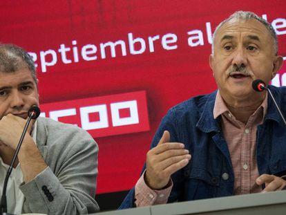 Desde la izquierda, los secretarios generales de CC OO, Unai Sordo, y de UGT, Pepe Álvarez, durante la presentación de la marcha por las pensiones