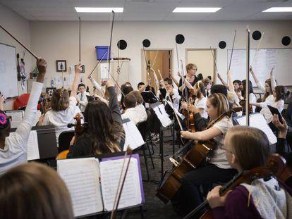 Un grupo de alumnos participa en una clase de música.