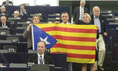 Eurodiputados posan con una estelada durante el debate sobre Cataluña en el Parlamento Europeo.