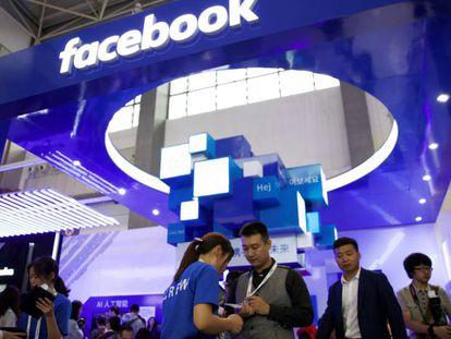 Expositor de Facebook en una feria tecnológica en China