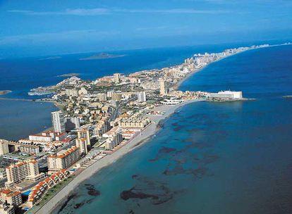 Vista aérea de La Manga del Mar Menor (Murcia), uno de los lugares que podrían desaparecer a consecuencia del cambio climático.