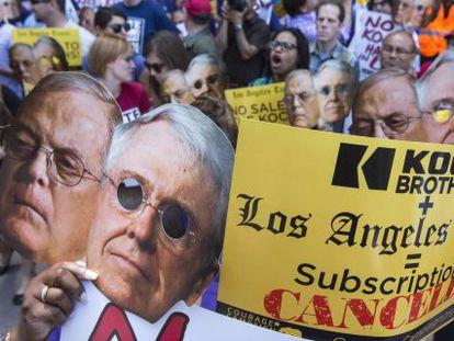 Protesta en Los Ángeles contra la compra del diario 'Los Angeles Times' por parte de los hermanos Koch, en mayo de 2013.