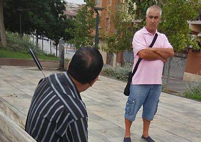 Una de las personas agredidas, con el cuchillo clavado en la espalda, espera a que lleguen los facultativos del SEM.