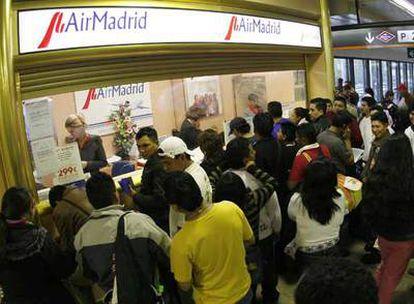 Colas de pasajeros afectados protestan en las instalaciones de Air Madrid en Barajas.
