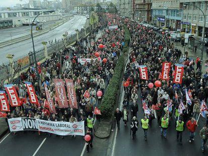 Cabecera de una de las manifestaciones -la de A Coruña- convocadas por CC OO y UGT