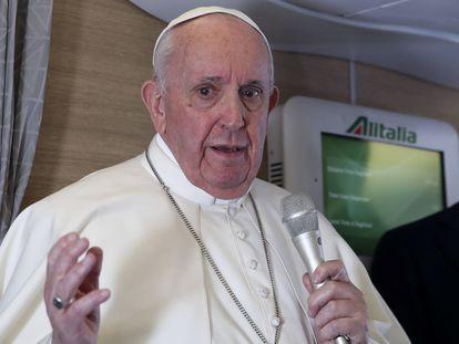 El papa Francisco habla en una rueda de prensa en el avión papal de vuelta a Roma desde Irak, este lunes.