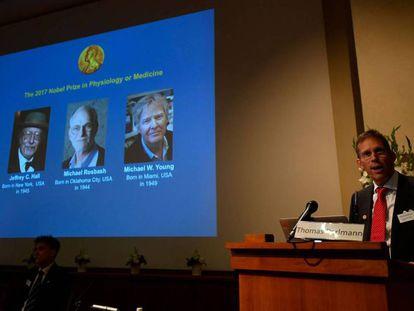 El secretario del comité del Nobel de Medicina, Thomas Perlmann, anuncia los tres premiados de este año.