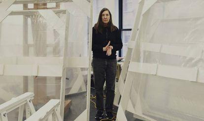 Jenny Holzer, en su estudio, situado en un almacén de Brooklyn (Nueva York). Dos ventanales más grandes que una pantalla de cine de las de antes dejan pasar la luz del exterior en la estancia.
