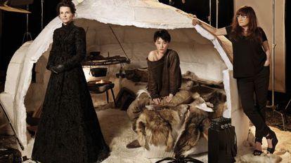 La realizadora Isabel Coixet (primera por la derecha), junto a Kikuchi y Binoche ante el iglú en el que transcurre parte de la película.