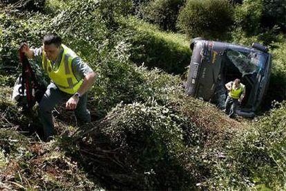 Un agente de la Guardia Civil trabaja en el lugar del accidente.