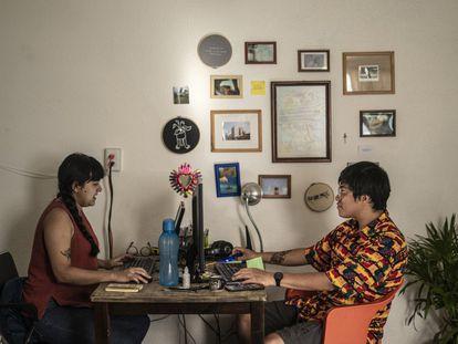 Martha y Emiliano trabajan en su departamento en Ciudad de México, durante la pandemia.