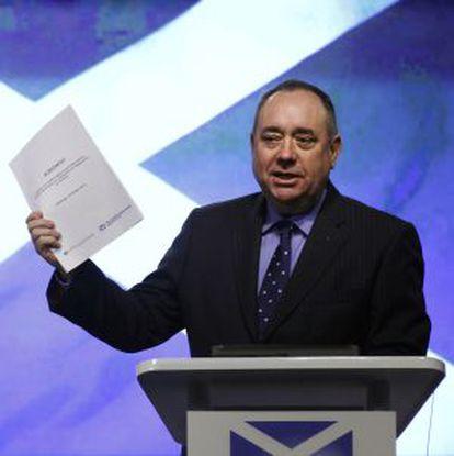 El ministro principal de Escocia, el nacionalista Alex Salmond, con una copia del acuerdo para el referéndum.