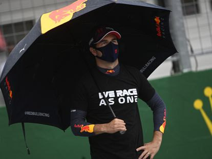 Checo Pérez, en la pista, antes del inicio del Gran Premio de Hungría.