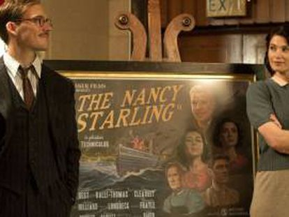 Sam Claflin y Gemma Arterton, junto al cartel de la película que escriben sus personajes en 'Su mejor historia'.