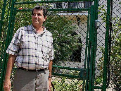 Oswaldo Payá, ante la sede de la Unión Europea en La Habana en 2005.