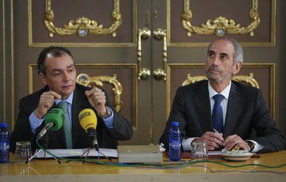 El presidente de la CEV, Salvador Navarro, a la izquierda.