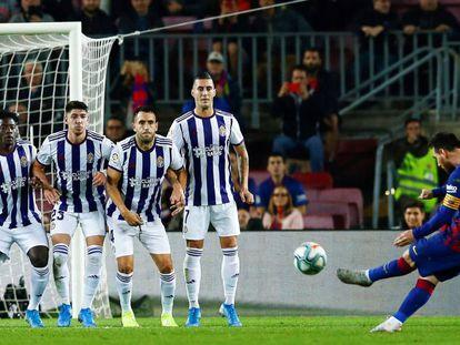 Messi marca de falta al Valladolid el pasado 29 de octubre en el Camp Nou.
