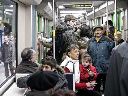 Los viajeros abarrotan una unidad del tranvía en la capital alavesa.