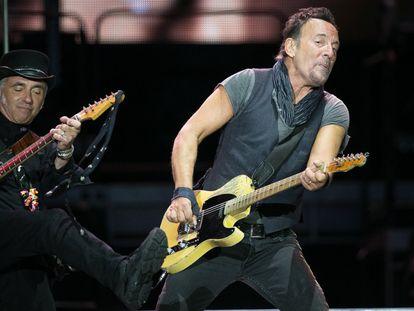 El Camp Nou de Barcelona tembló hasta sus cimientos con el torrente de rock que ha trajo desde el otro lado del Atlántico Bruce Springsteen and The E Street Band, en su primer concierto europeo de 'The River Tour'.