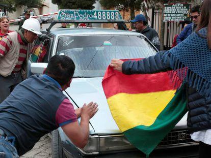 Protesta en el exterior de la Embajada de España este lunes, en La Paz (Bolivia). En vídeo, la presidenta interina de Bolivia, Jeanine Añez, expulsa del país a varios diplomáticos.