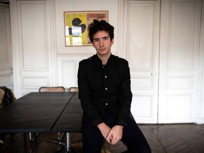 El abogado Juan Branco, que representa al artista ruso Piotr Pavlensky, el 14 de febrero en su despacho