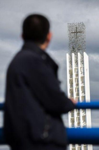 Paulino, víctima de los abusos, ante la torre de la iglesia de los Dominicos en Madrid.