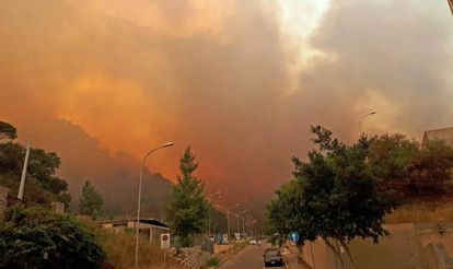 El humo y las llamas rodean los edificios durante un incendio en la ciudad siciliana de Mesina (Italia) el martes.