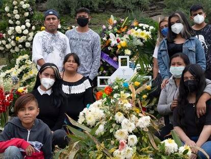 Una familia en el panteón Civil de Chalco, Estado de México, en septiembre pasado.