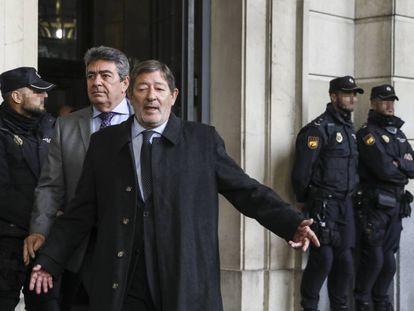 El exdirector de Trabajo y Seguridad Social de la Junta de Andalucía, Francisco Javier Guerrero, a su salida de la Audiencia Provincial de Sevilla tras escuchar la sentencia del 'caso ERE'.