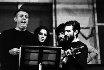 Dario Fo, con actores de su compañía en una representación de 'Muerte accidental de un anarquista', en 1970.