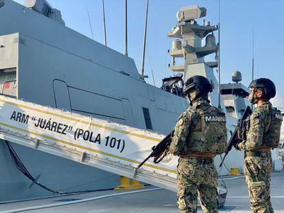 Dos miembros de la Marina de México, en Manzanillo (Colima) en octubre de 2020.