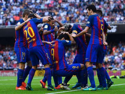 Los jugadores del Barcelona reaccionan al botellazo de Mestalla.